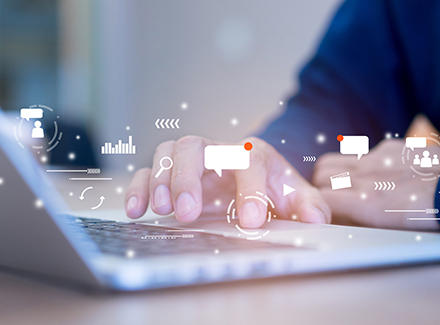 Mand klikker på mousepad med digitale kommunikationssymboler