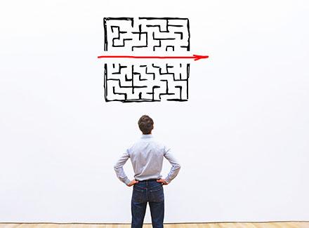 Mann ser på labyrint tegnet på veggen_thumbnail