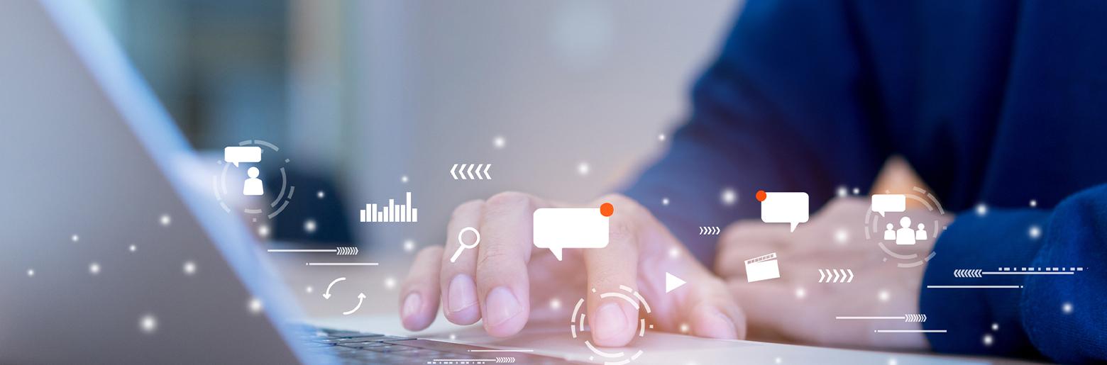Mandehånd klikker på mousepad med ikoner af digital kommunikation
