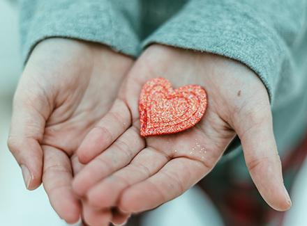 Hender holder hjerte